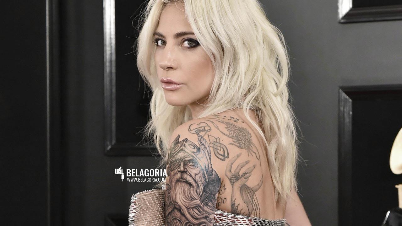Mujer con tatuaje de Odin