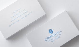 Kart bilgilerinin bir kısmı önünde bir kısmı arkasında yazılı olan beyaz ve sade bir kartvizit