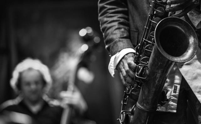 foto wallpaper pemain saxofon