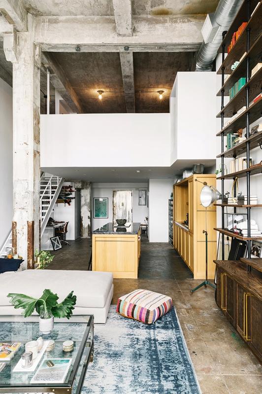 alfombra azul para decorar loft industrial