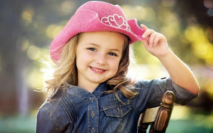 Wallpaper cantik anak perempuan pakai topi