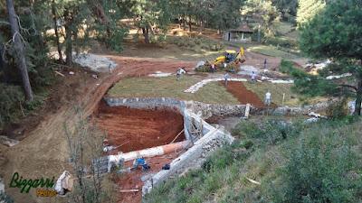 Construção de lagos em Campos do Jordão-SP com muros de pedra rústica, caminho com pedra santo mé e a execução do paisagismo.