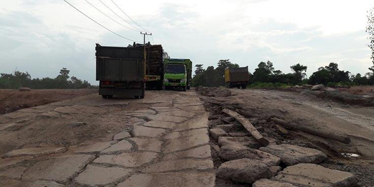 Jalan lingkar Kota Prabumulih dalam kondisi rusak berat