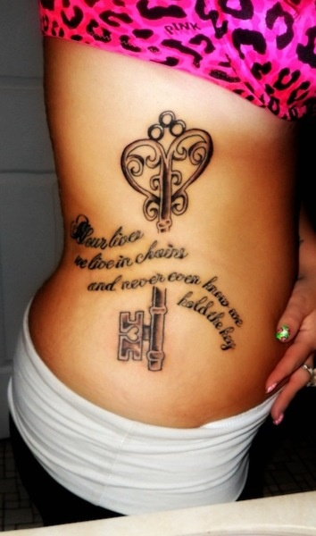 chica con tatuaje de l buena suerte