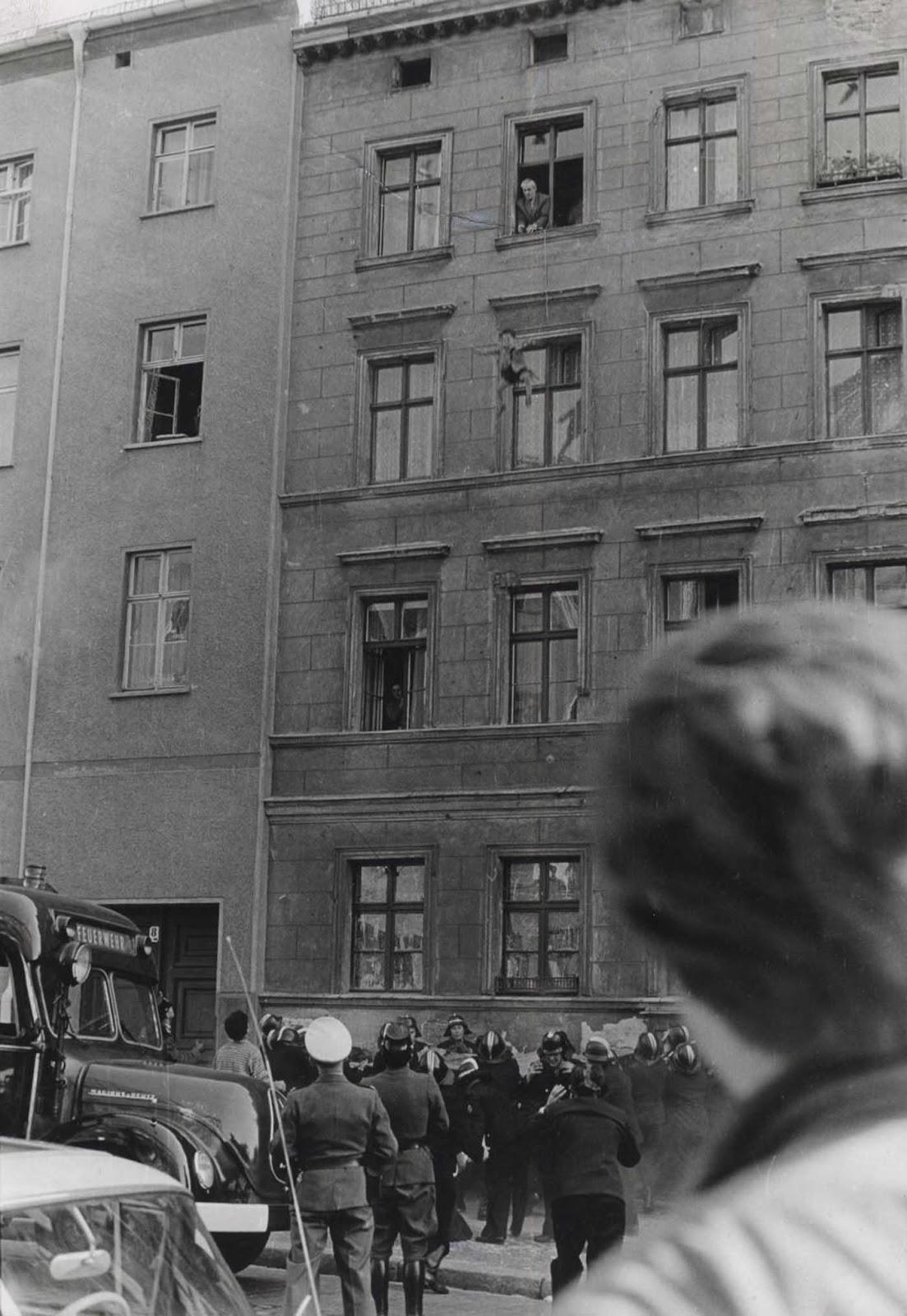 Michael Finder, de cuatro años, se escapa del comunismo por una ventana. 7 de octubre de 1961.