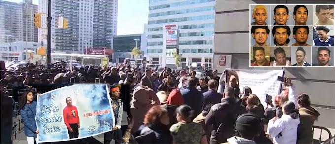 Marcha de decenas de comunitarios y familiares  en repudio a pandilleros trinitarios acusados por el asesinato de Junior