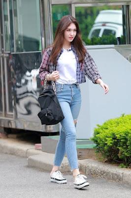 Kemeja dengan celana jeans