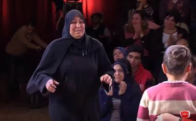 مشهد مؤثر يبكي القلب قبل العين لأم تقتحم الاستديو و تفاجئ أولادها الصغار على الهواء بعد الافراج عنها