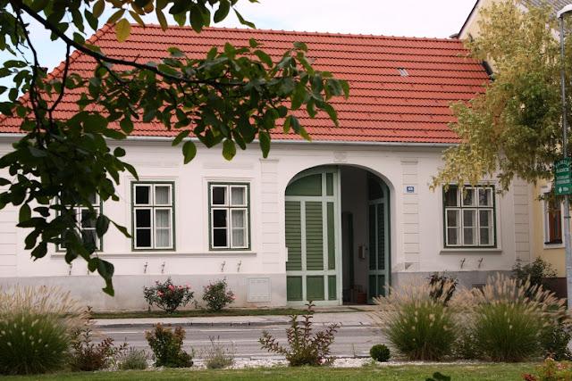 Typisch: die niedrig geduckten Wohnhäuser mit ihren großen Eingangstoren © Copyright Monika Fuchs, TravelWorldOnline