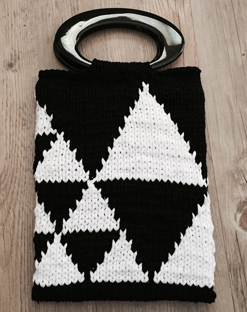 Lowlands Bag by Sarah Knight, made using Scheepjes Nooodle