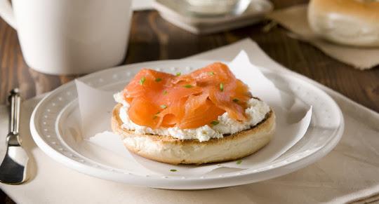 Peshk salmon me bukë