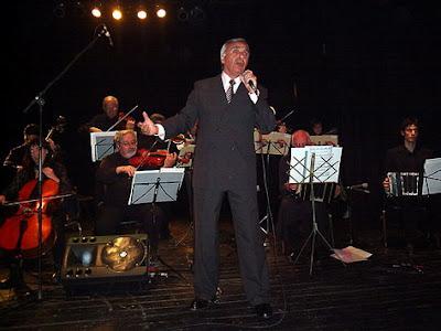 Carlos Gari cantando con La Orq. Todo Corazón en 2006