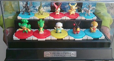 Reshiram figure Takara Tomy Monster Collection 2011 Seven Eleven BW figures set