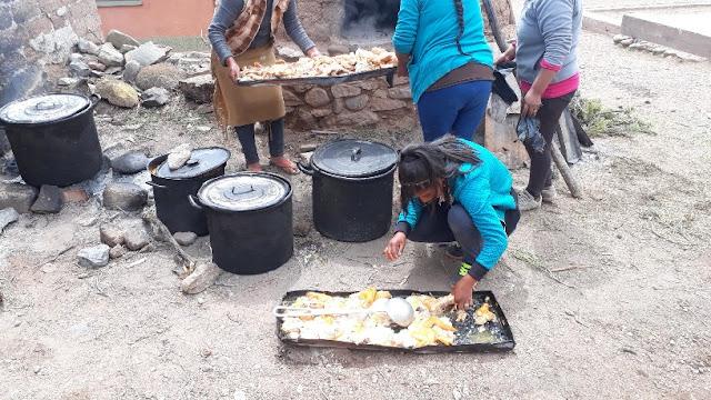 Das Dorf bereitete ein schmackhaftes Mittagessen mit Hähnchen vor. Allen schmeckte es. Da spielte es keine Rolle, wenn man auf dem Boden sitzen musste und den Teller auf dem Schoss hatte.