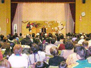 落語家・三遊亭楽春の楽しい落語鑑賞会の風景。