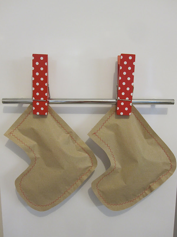 This is a step-by-step guide of how to make these gorgeous paper bag  stockings. It is an inexpensive gift idea 8d9d62396161b