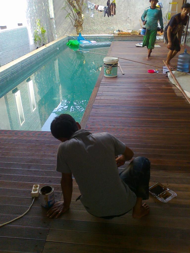 pemasangan lantai kayu kolam renang kayu ulin