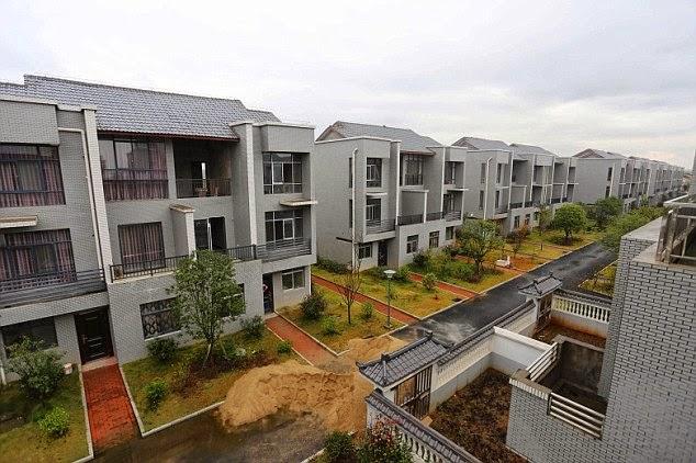 Miliardario cinese distrugge villaggio di capanne e costruisce residence di lusso gratis per gli abitanti