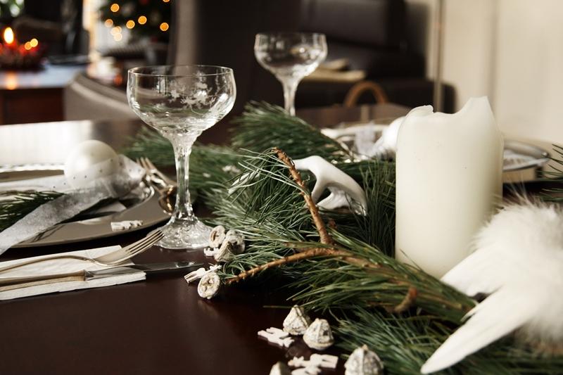 Blog + Fotografie by it's me! - Rooming, Weihnachtsdeko 2015 - Champagnerkelche von Rosenthal, Kiefernzweige, Eukalyptus und Holzelche