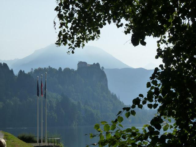 Foto del castillo de Bled, elevado sobre una gran roca. ruta en autocaravana por Eslovenia | caravaneros.com