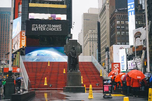 「ファーザー・ダッフィー(Father Duffy)」像とダフィー・スクウェア(Duffy Square)の階段