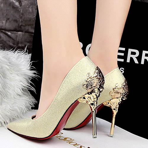 Ornamen dan warna high heels ini memberi kesan cantik dan elegan