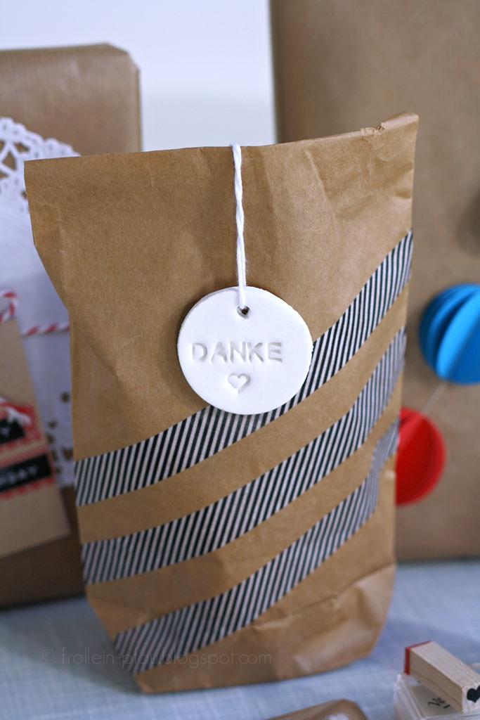 Bloggeraktion Mitmachaktion #12giftswithlove miss-red-fox Frollein Pfau, Geschenke kreativ verpacken mit Kraftpapier, DIY Geschenkeverpackungen, Buchstabenstempel, Geschenkpapier bestempeln, selbtsgemachtes Geschenkpapier, DIY Geschenkeanhänger, basteln mit Fimo Air