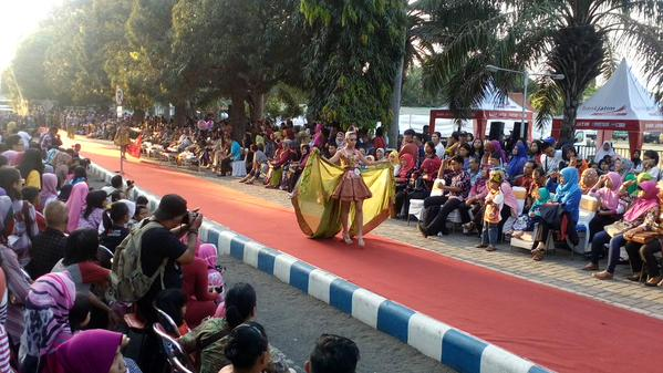 Fashion on the Pedestrian dalam Banyuwangi Batik Festival 2015.