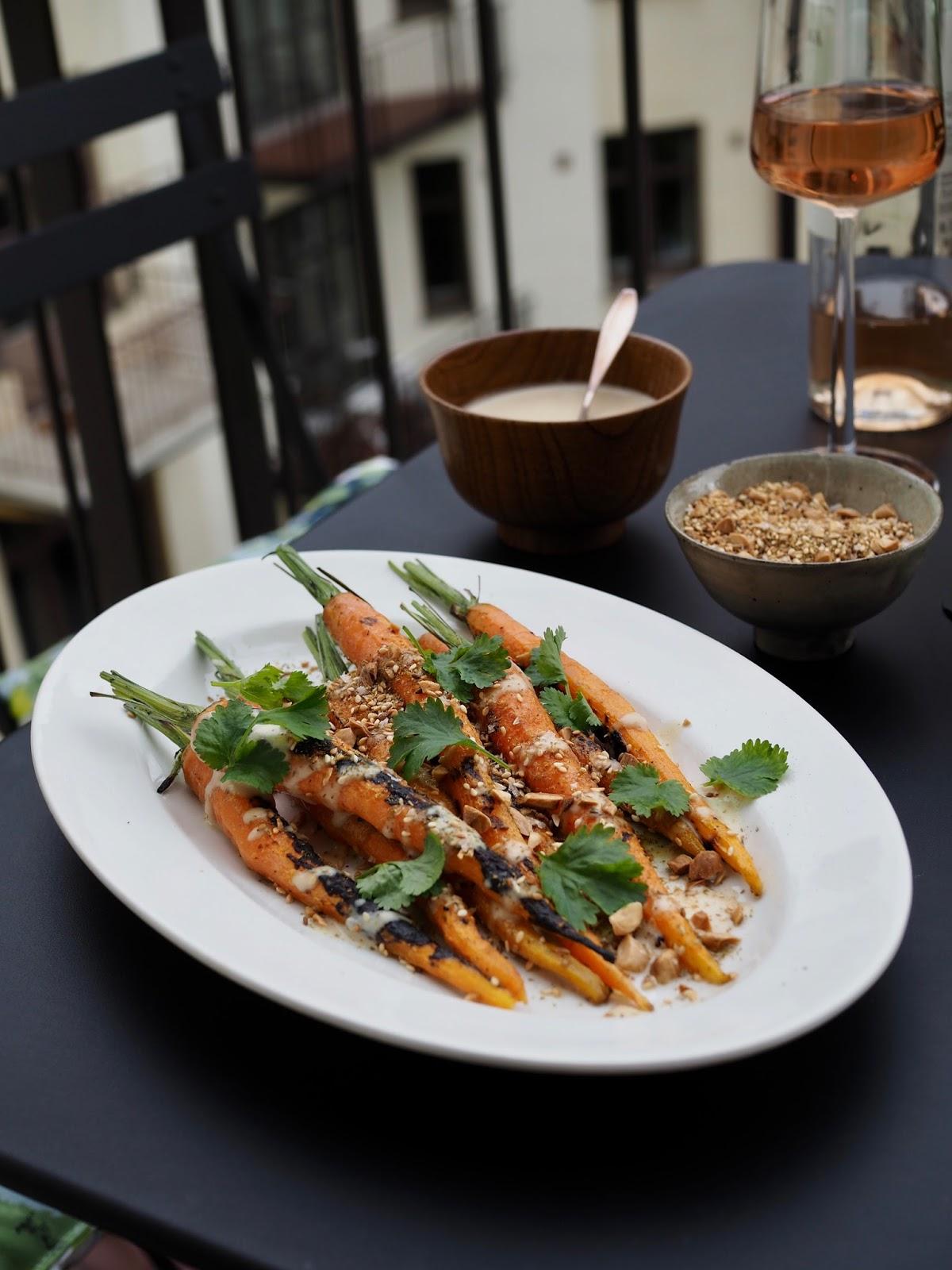 Dukkah-mausteseos, vegaaninen grilliruoka, vegaaninan, tahinikastike, dukkah, porkkanoiden grillaaminen, LotusGrill