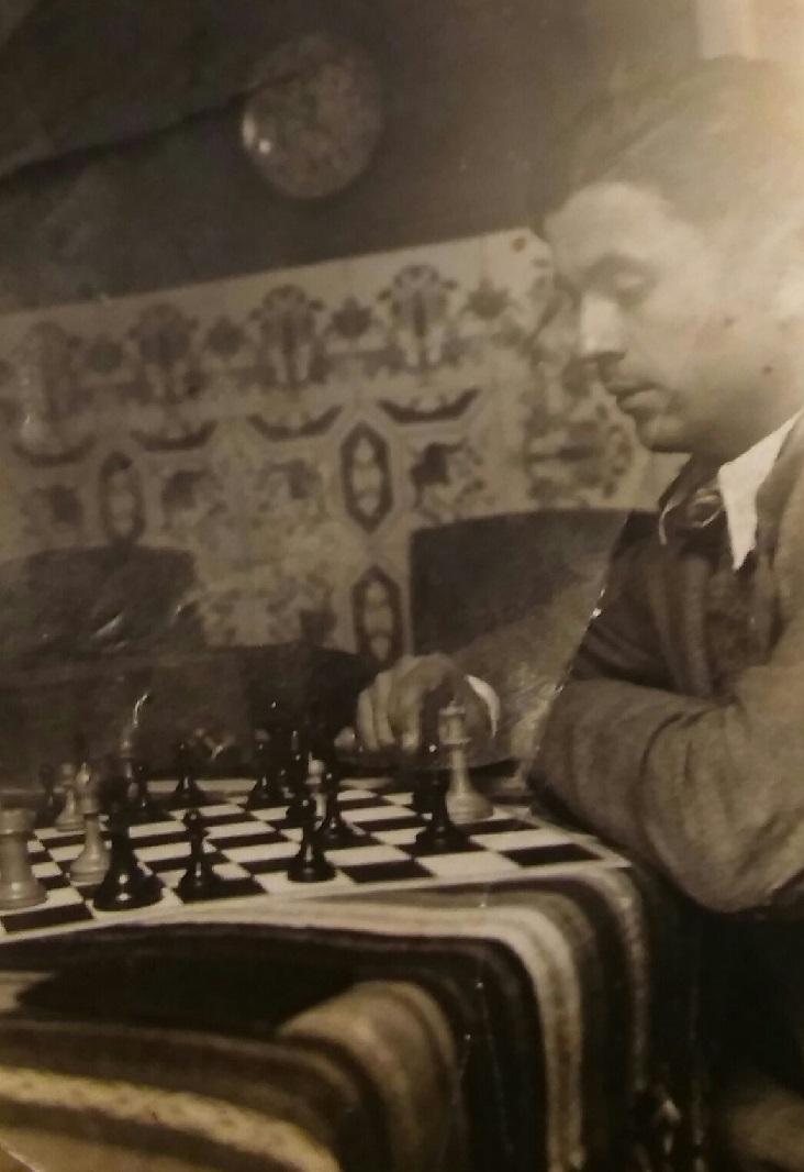 Estanislau Puig Ambrós componiendo un problema de ajedrez