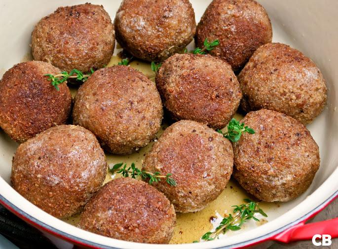Een pan vol met Limburgse gehaktballen