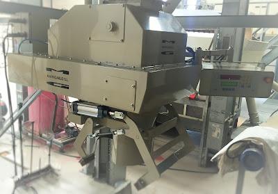 Pesadora ensacadora de peso bruto para sacos, con pesaje electrónico digital y sistema de dosificación a través de compuerta accionada por doble cilindro neumático para alimentación rápida y afino