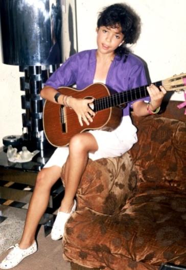 Foto de Shakira de niña cantando con guitarra
