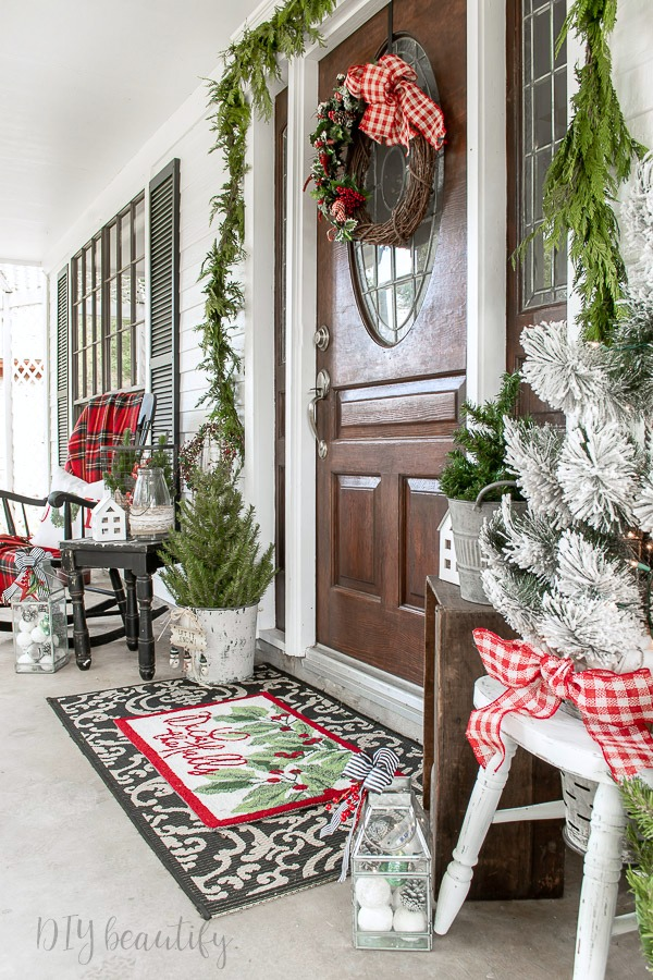 Christmas porch decorated with collected finds - DIY beautify