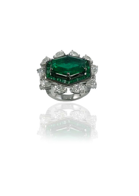 An IGI certified, exquisite 4.87 ct hexagon Columbian emerald ring, handcrafted in 18kt white gold from MIRARI.
