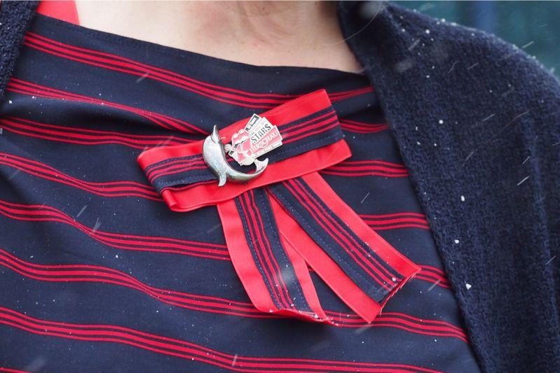 Outfit in Dunkelblau mit roten Details und Gucci-Fake-Schleife