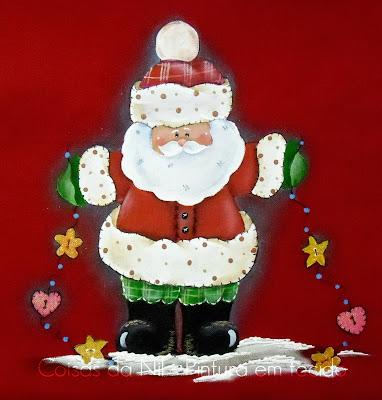 pano de copa vermelho com pintura de papai noel com enfeites de natal