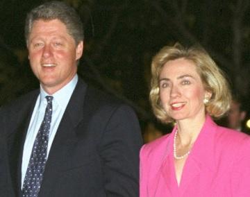 Foto de Bill Clinton caminando con Hillary Clinton