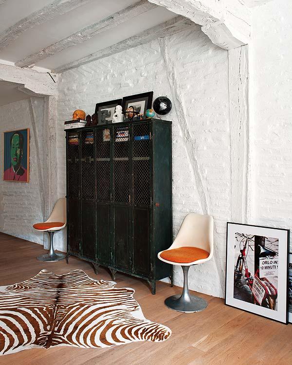 taquilla de hierro y sillas tulip vintage chicanddeco