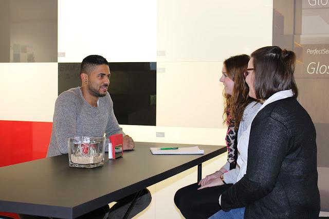 Pia und Ina im Gespräch mit unserem ehemaligen Praktikanten Kevin