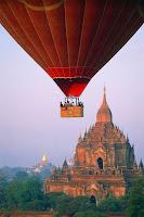 Фото воздушного шара на фоне храмов в Мьянме