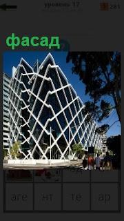 Фасад здания в очень необычном виде, в форме ломанных линий по периметру