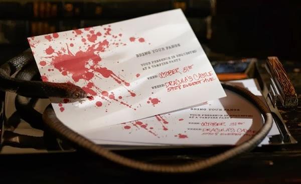 Free Vampire Themed Halloween Party Printables - via BirdsParty.com