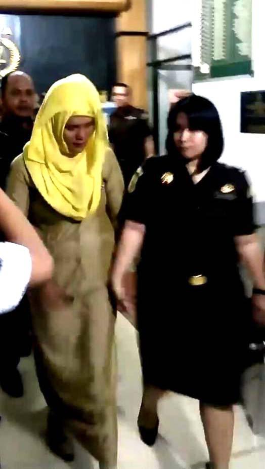 Mantan Dispenda Batubara Zuraidah saat di kantor kejaksaan.