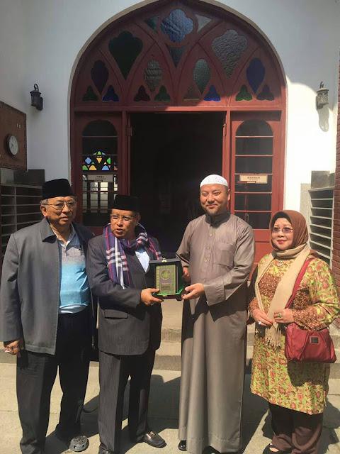 Foto: Ketum PBNU memberikan cenderamata kepada Syaikh Maksum, imam Masjid Phoenix, Hangzou, Cina