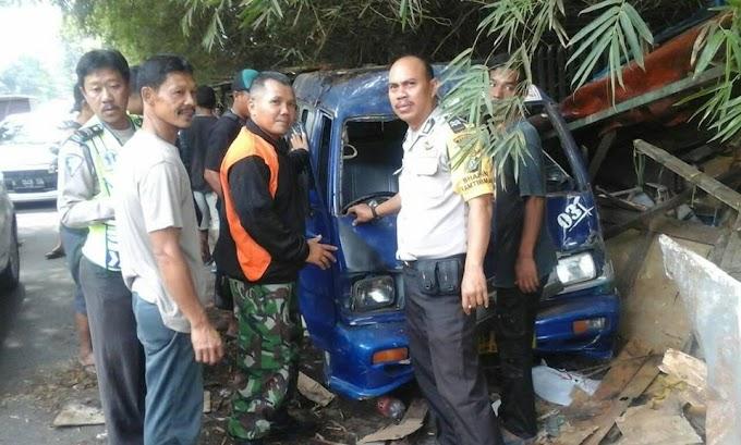 Angkot D03 Seruduk lapak Pedagang Durian