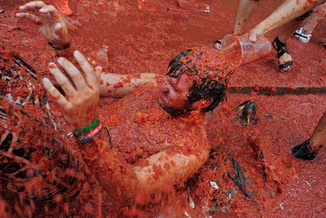 يقام مهرجان لاتومانيا أو مهرجان التراشق بالطماطم في الأربعاء الأخير من شهر أغسطس كل عام