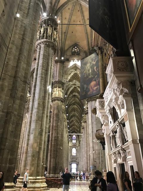 イタリア・ミラノのドゥオーモ内部は天井が高い