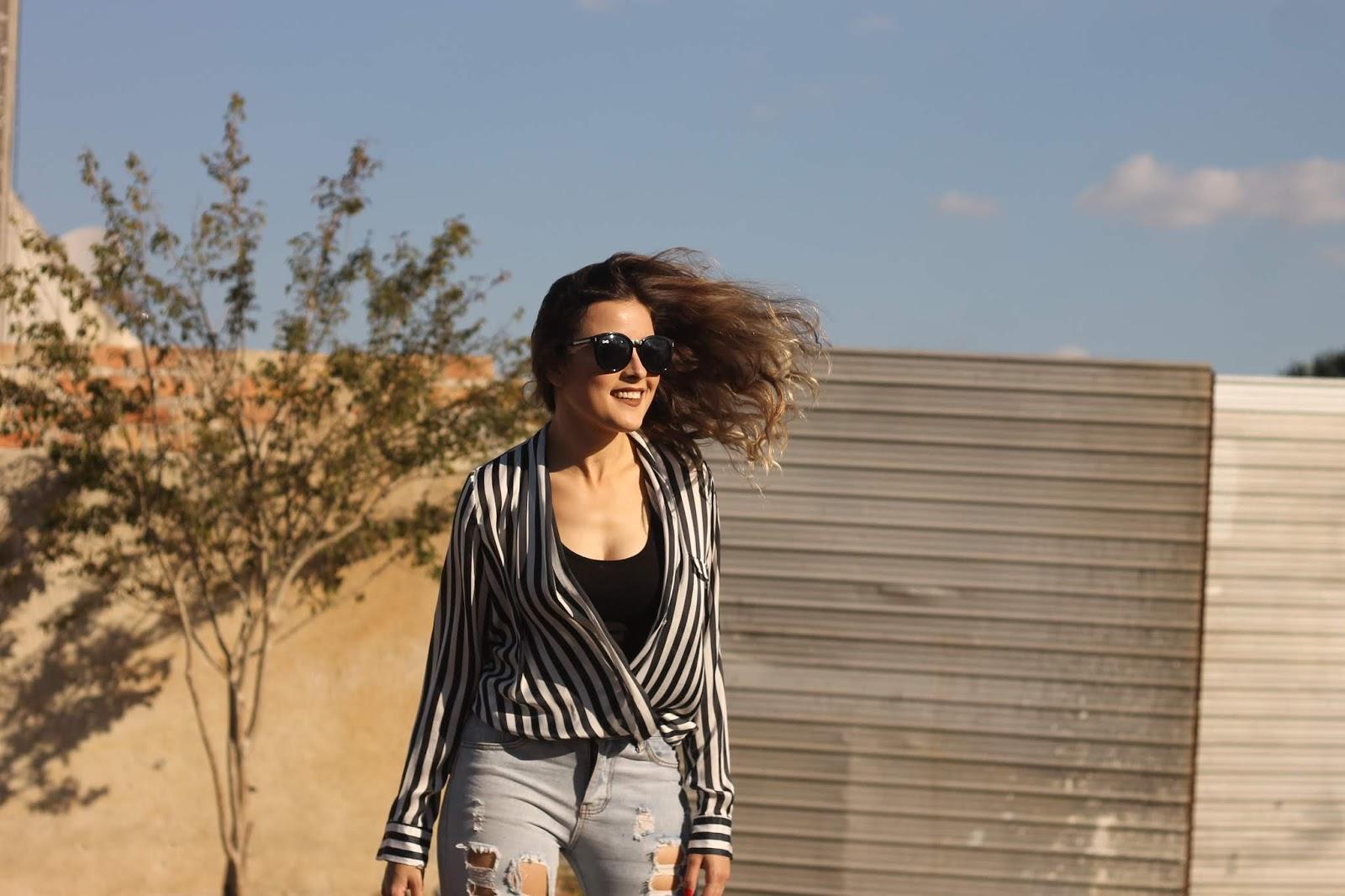Look calça destroyed, camisa e sandália pink - Ally Arruda
