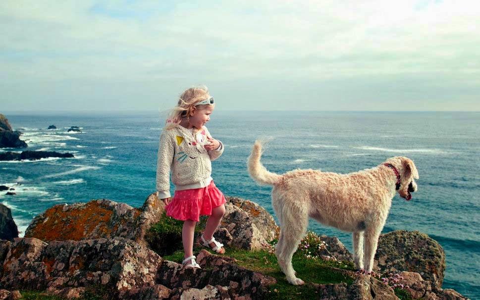 Kız-köpek-on-deniz-görüntü